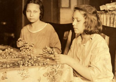 1200px-Lewis_Hine,_Two_girls_assembling_paper_flowers,_New_York,_1924